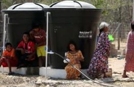 Indígenas de la comunidad Wayuu buscan agua en un tanque de almacenamiento este 11 de febrero de 2016, en la población de Albania, departamento de La Guajira (Colombia). EFE
