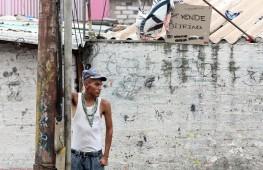 MÉXICO, D.F., 16AGOSTO2011.-Un jóven observa a los transeuntes a las afueras de una vecindad en la colonia El Triunfo. FOTO: SAÚL LÓPEZ/CUARTOSCURO.COM