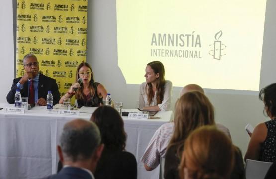 Los directores de AI en Venezuela, Marcos Gómez, y en Argentina, Mariela Belski, y la directora de Promoción de DDHH, Paola García, presentan el informe en Buenos Aires. Foto: EFE