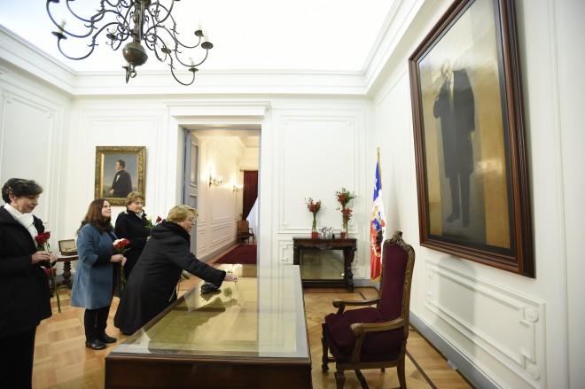 Michelle Bachelet, Isabel Allende e Maya Fernandez Allende no Salão Branco, local onde Salvador Allende viveu seu último minutos como presidente do país. Foto: Governo do Chile