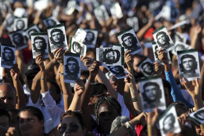 Centenas de pessoas participam do ato neste domingo, em Santa Clara (Cuba). Foto: Alejandro Ernesto/EFE