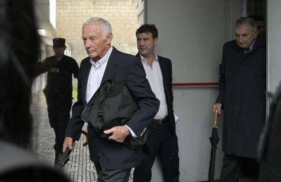 Pedro Müller (esquerda) e Héctor Sibilla, ex-executivos da Ford na Argentina, deixam o tribunal após a sentença. Foto: AFP