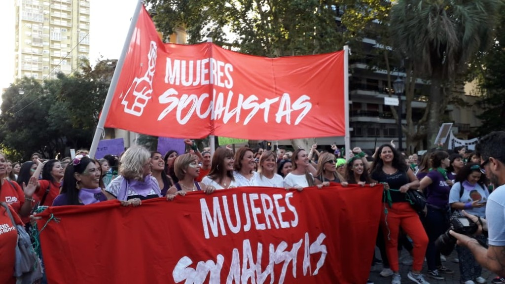 Mujeres del Partido Socialista de Argentina también llevaron sus banderas de lucha a las calles
