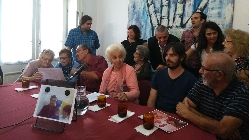 carlotto-y-la-familia-de-la-nieta-129-durante-el-anuncio-en-conferencia-de-prensa-665299
