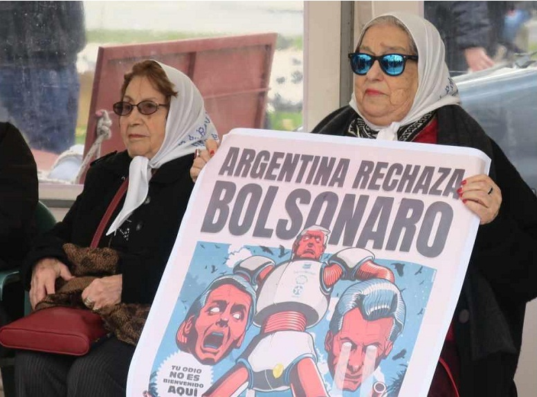 La titular de la Asociación Madres de Plaza de Mayo, Hebe de Bonafini, muestra una pancarta en contra de Mauricio Macri y Bolsonaro. Foto: EFE